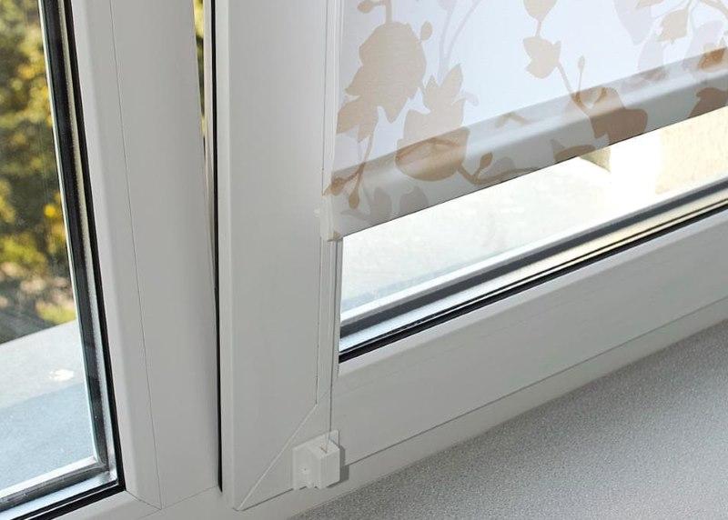 Крепление лески рулонной шторы на пластиковом окне