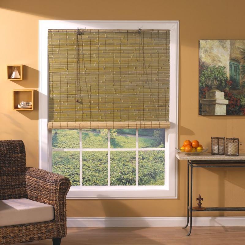 Бамбуковая штора рулонного типа на белом окне гостиной