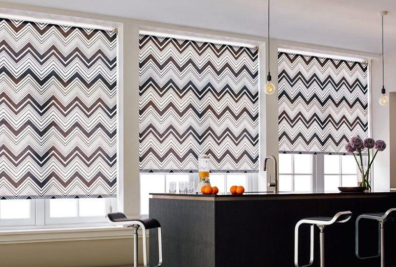 Геометрический орнамент на рулонных шторах в кухне
