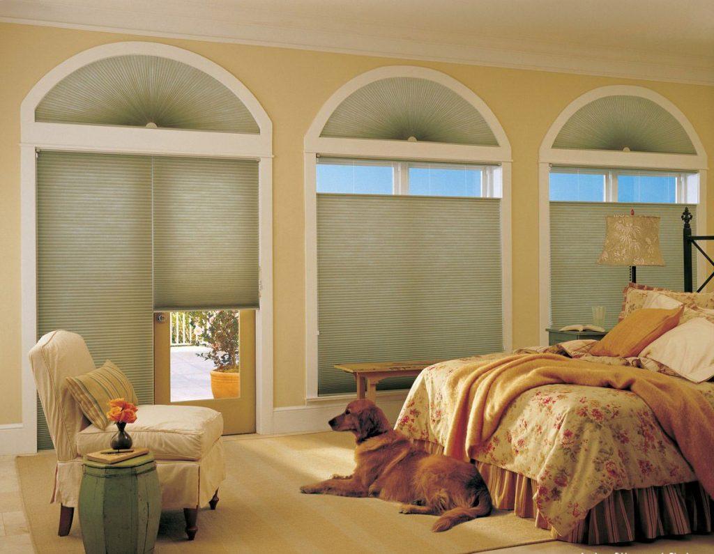 Декорирование арочных окон рулонными шторами