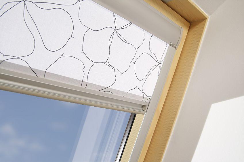 Кассетная штора с направляющими на окне мансарды