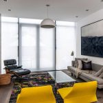 Легкие белые шторы на панорамном окне гостиной