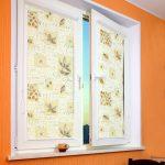 Рулонные шторы закрытого типа на окне с поворотной створкой