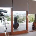 Серые шторы на раздвижных дверях