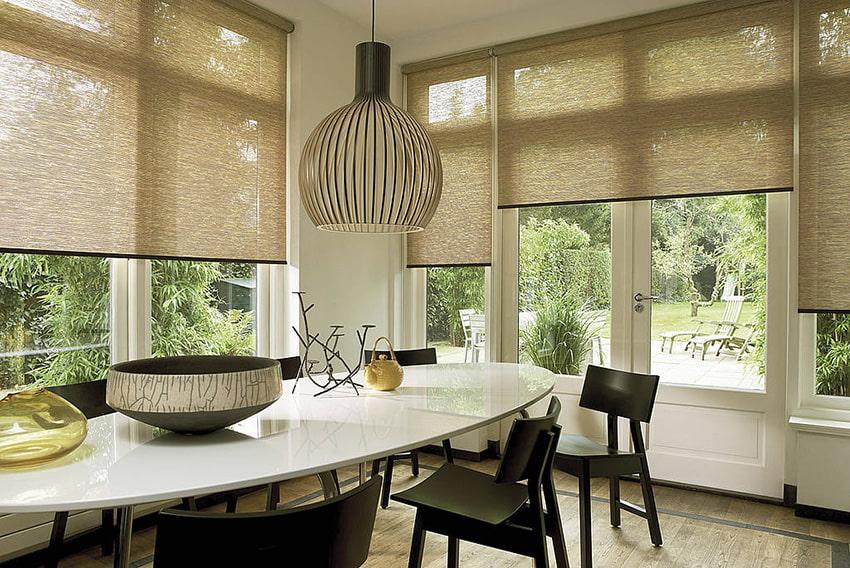 Рулонные шторы из натурального материала в интерьере кухни