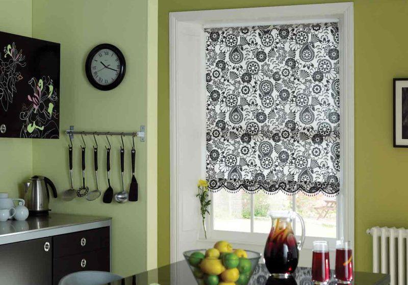 Рулонная штора с пестрым черно-белым орнаментом на окне кухни
