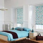 Рулонные шторы с голубыми цветами в спальню