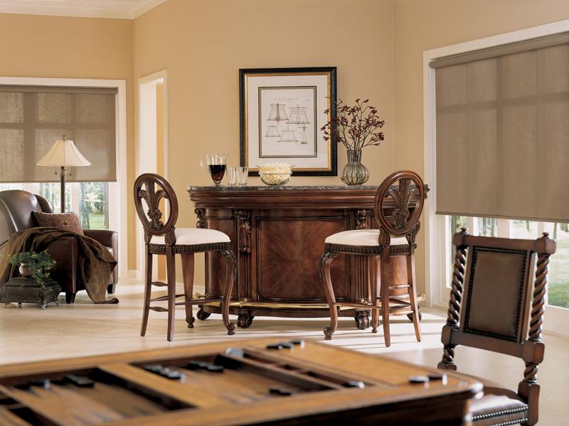 Светло-серые шторы из скрина в гостиной классического стиля