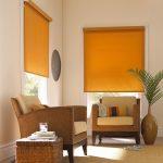 Желтые шторы в интерьере угловой гостиной
