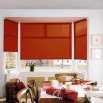 Бардовые шторы рулонного типа