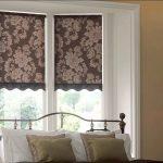 Три рулонных шторы на окне спальной комнаты