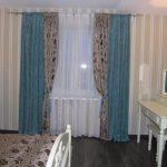 Серо-голубые шторы и покрывало на кровать в спальне