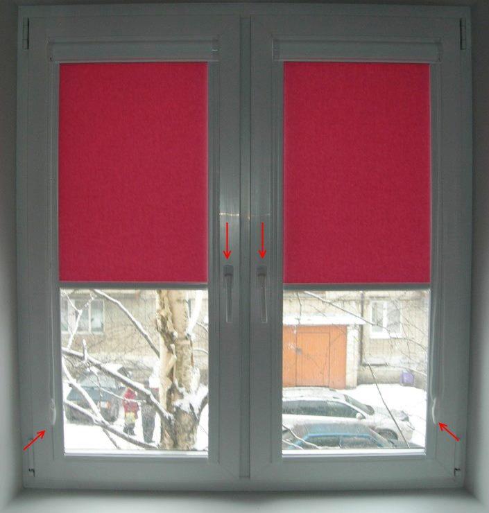 Розовые шторы рулонного типа на пластиковом окне