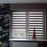 Шторы зебра на окне комнаты для подростка
