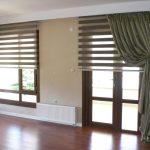 Плотная портьера на окне гостиной
