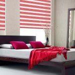 Красное покрывало на двуспальной кровати