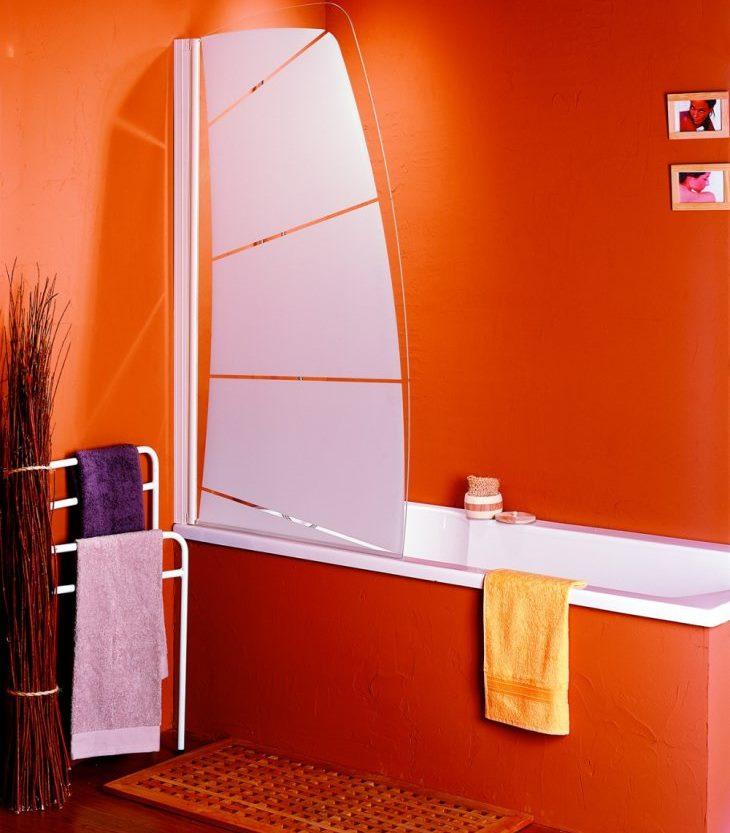 Пластиковая шторка-парус в красной ванной комнате