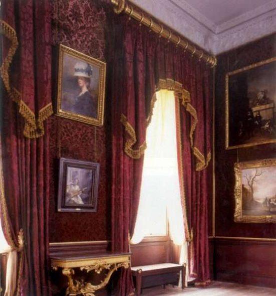 Бордовые для классической гостиной