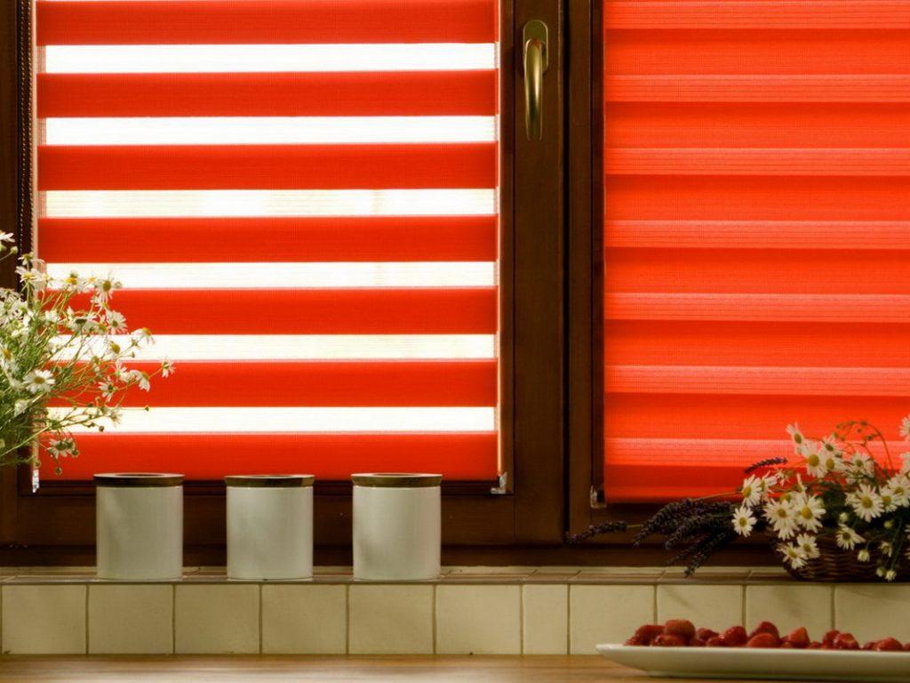 Рулонные шторы зебра из красной ткани