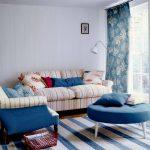Шторы и подушки в голубом цвете с белым рисунком для белой комнате