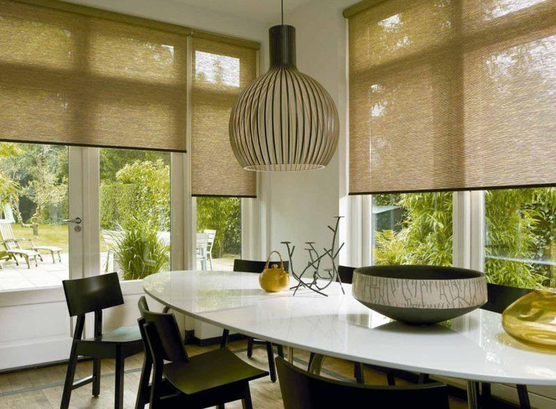Легкие шторы из бамбуковой соломки на окнах кухни