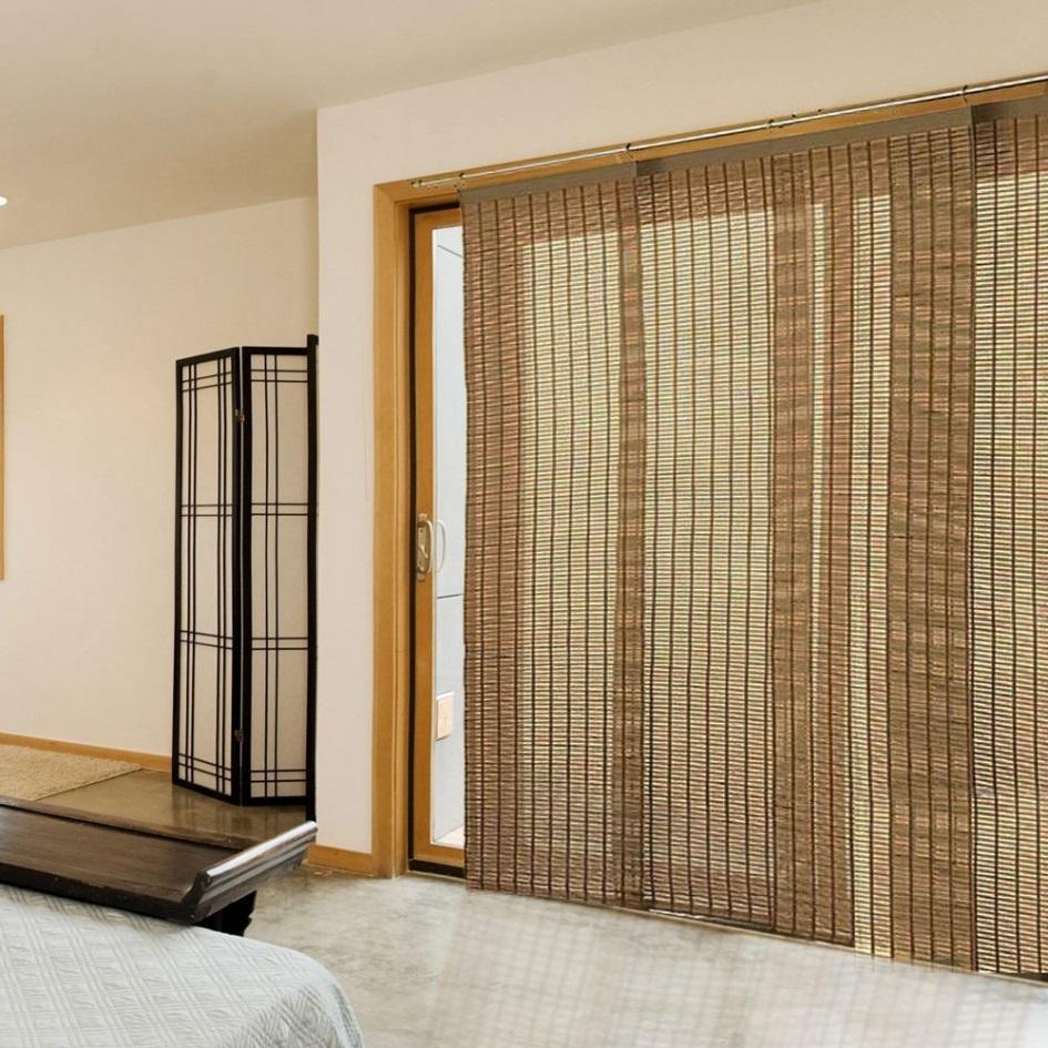 Длинные бамбуковые шторы на двери спальной комнаты