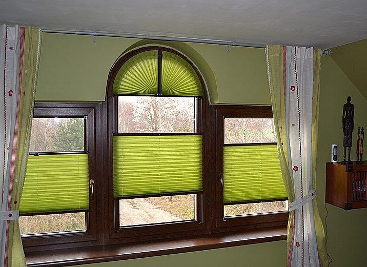 Оформление арочного пластикового окна с помощью штор-плиссе