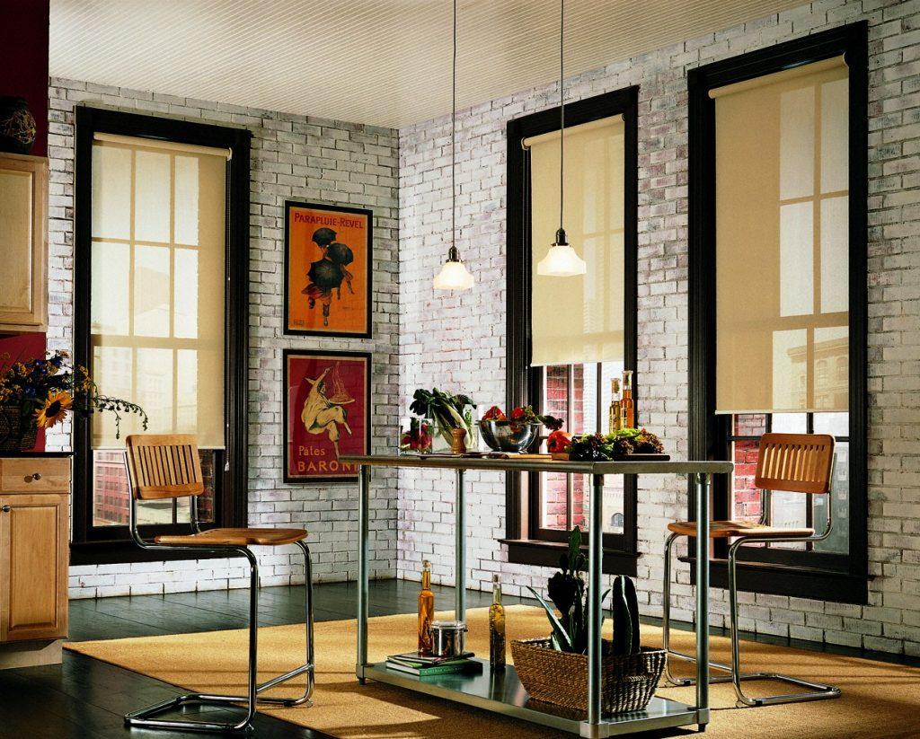 Светло-бежевые рулонные шторы в интерьере стиля лофт