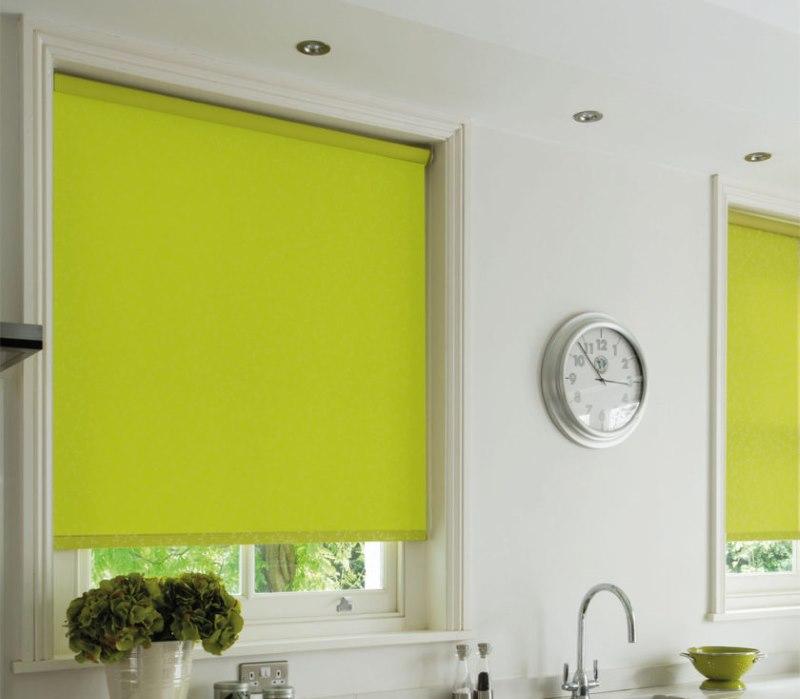 Светло-зеленые рулонные шторы в интерьере кухни