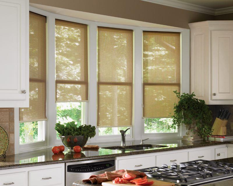 Оформление кухонного окна рулонными шторами