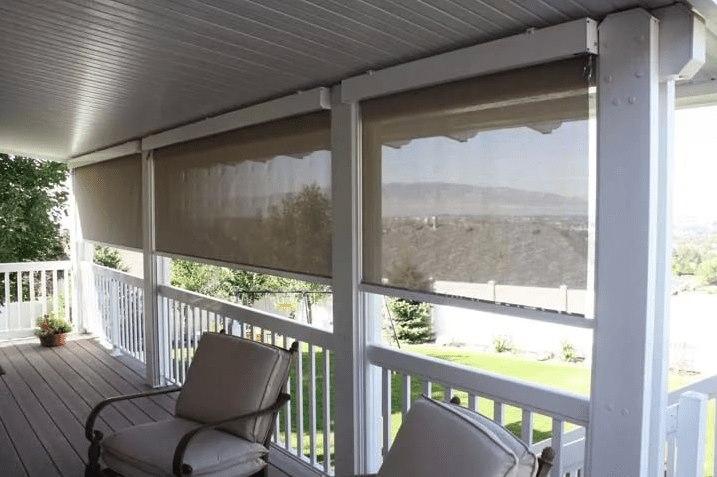 Веранда загородного дома с рулонными шторами