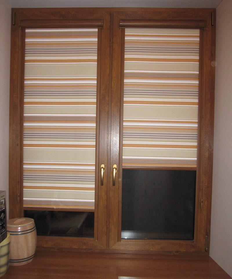Рулонные шторы в мелкую полоску на окне кухни