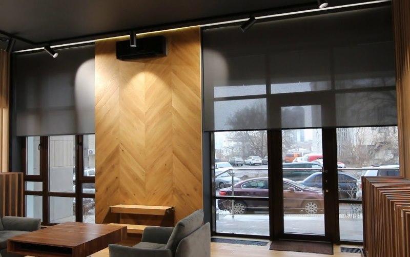 Полупрозрачные шторы с электроприводом на больших окнах