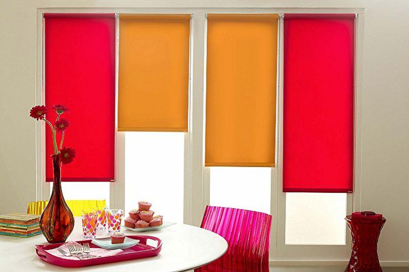 Оформление окна гостиной рулонными шторами открытого типа