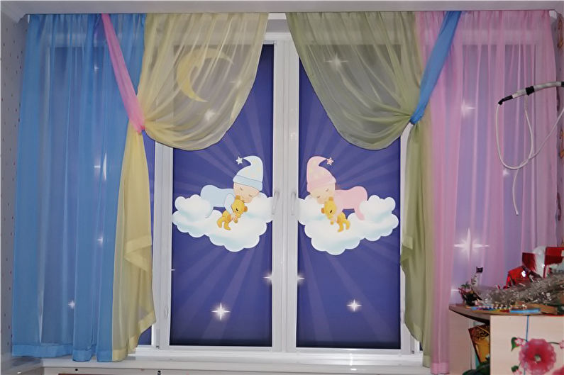 Красивые рулонные шторы на окнах детской комнаты