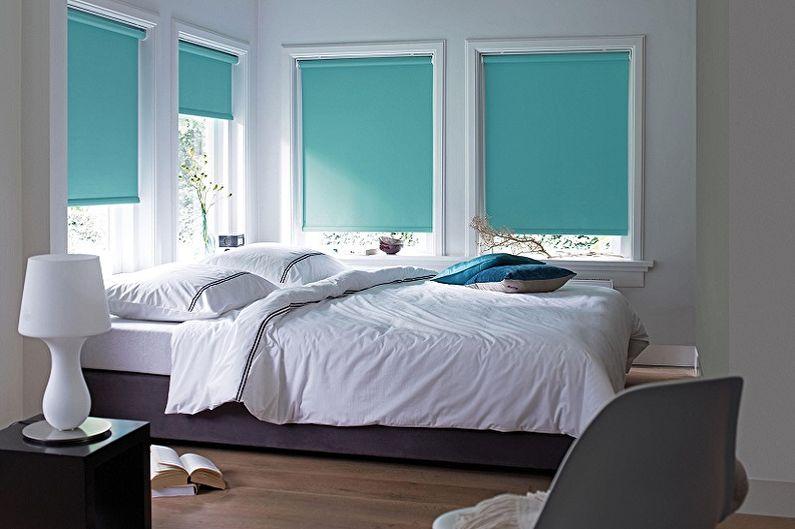 Бирюзовые шторы из плотного материала на окнах спальни