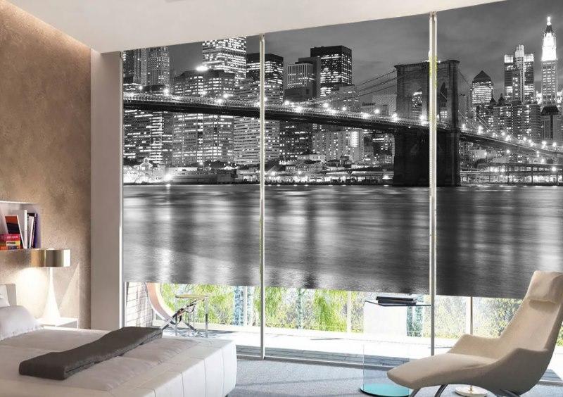Изображение ночного города на рулонных шторах в гостиной