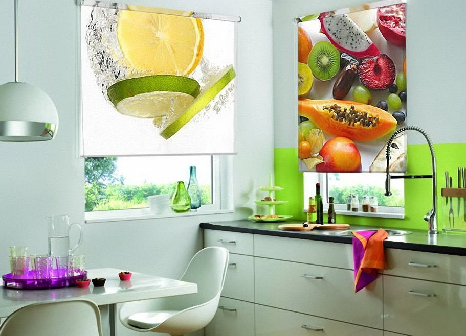 Дизайн кухни с рулонными шторами с фотопечатью