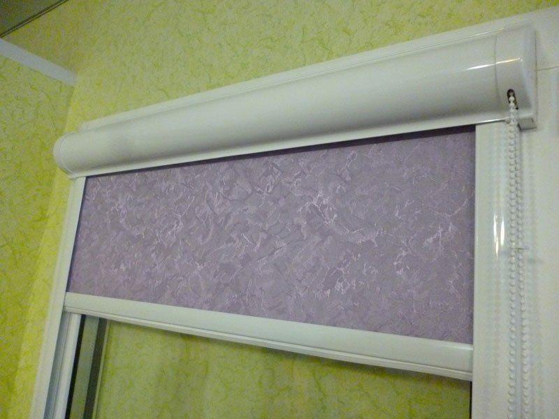 Рулонная штора системы УНИ 2 на пластиковом окне