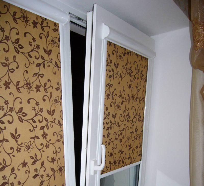 Закрытые рулонные шторы на пластиковом окне