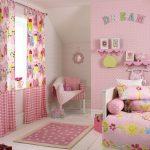 Шторы с рисунком и розовым фоном в комнату девочки