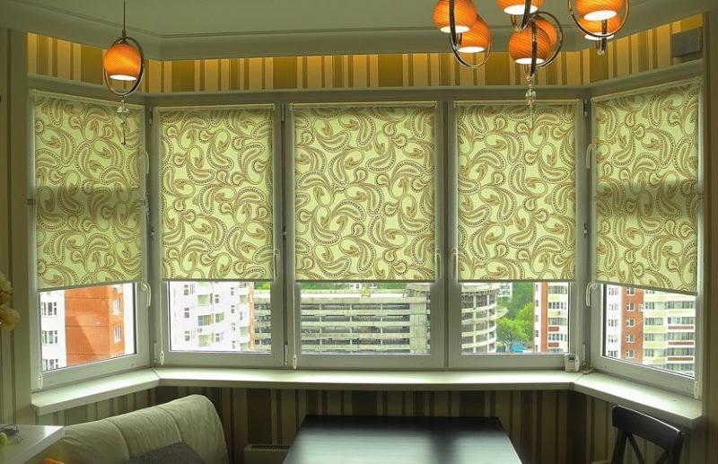 Рулонные шторы на окнах в эркере кухни