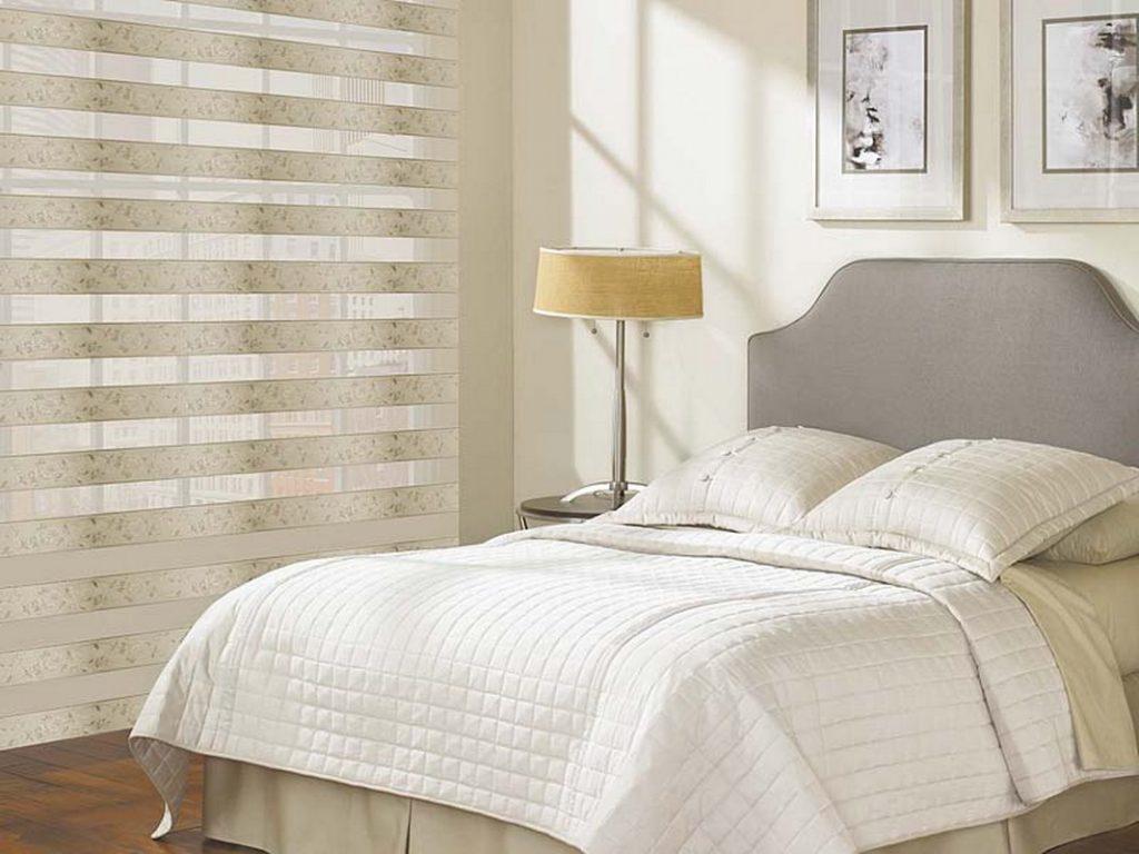 Бежевые рулонные шторы на окне спальни