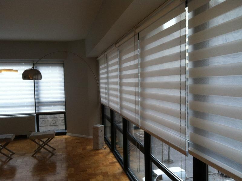 Оформление панорамного окна рулонными шторами типа день-ночь