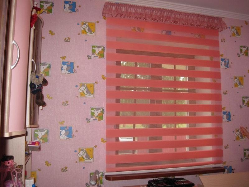 Розовые шторы Зебра в комнате девочки дошкольного возраста