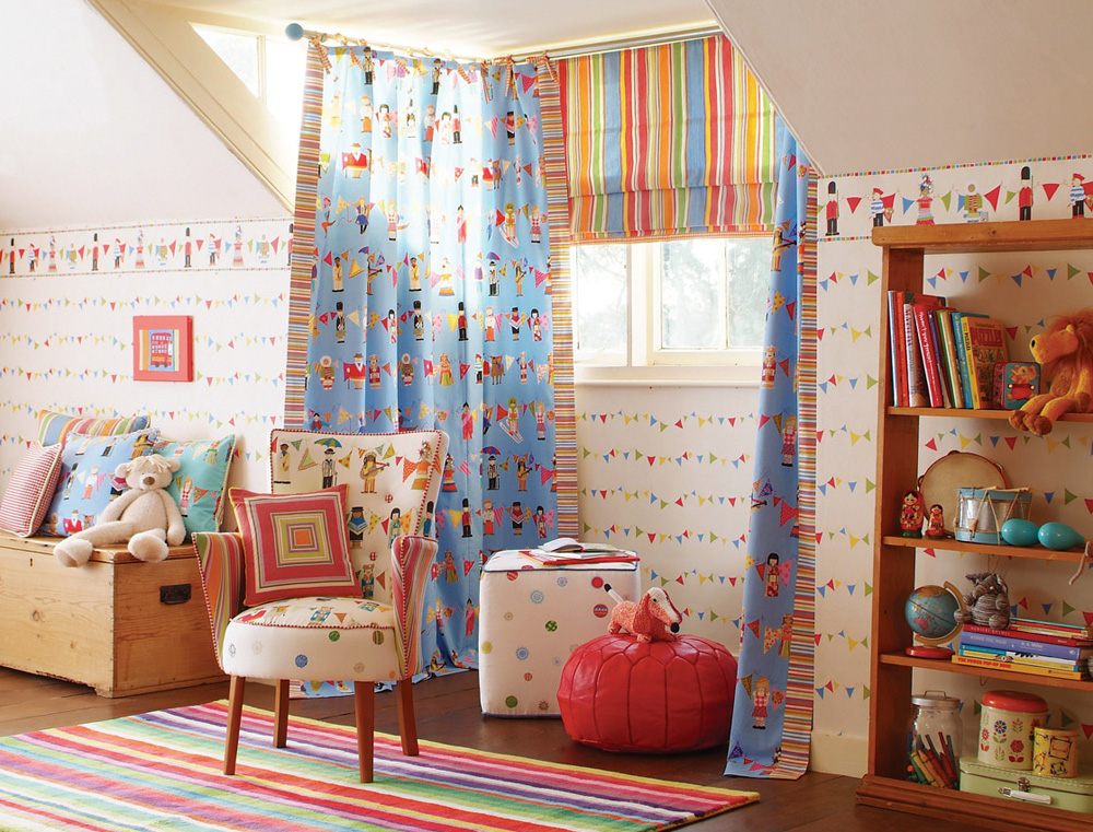 Оформление окна детской с помощью комбинации прямых и римских штор