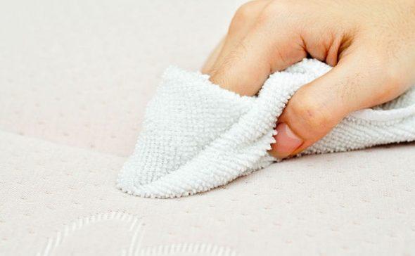 Прикладываем ткань к пятну