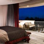 Сочетание серого и бордового цветов в интерьере спальни
