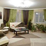 Сочетание зеленого и коричневого цветов для оформления окон в большой гостиной