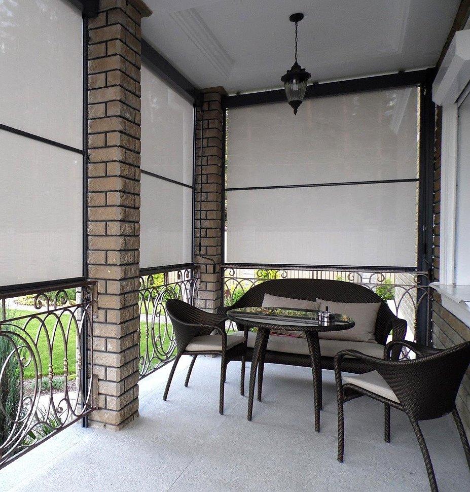 Рефлексоли из белого материала на террасе частного дома